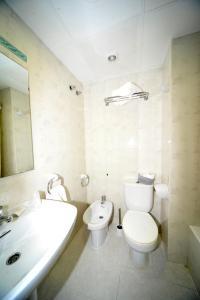 A bathroom at Hostal Vall D'Aneu