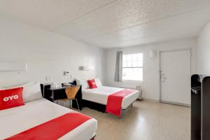 A bed or beds in a room at OYO Hotel Houston Katy Freeway