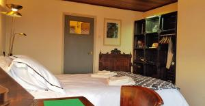 A bed or beds in a room at Riverside Guesthouse