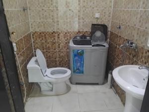 Um banheiro em Al Raha Beach Chalets