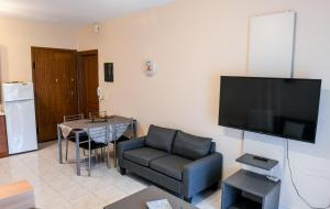 A seating area at Papi's Free Parking Apartment's