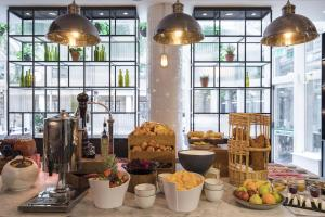 A restaurant or other place to eat at Novotel London Bridge
