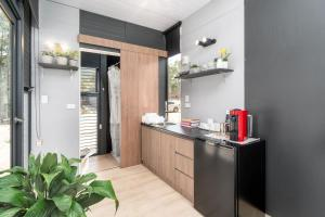 A kitchen or kitchenette at Tiny House 888
