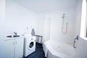 A bathroom at Archipelago Apartments Esperance - The Quays Apartments