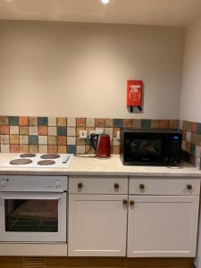 A kitchen or kitchenette at Ivy Cottage