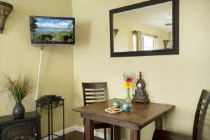 A television and/or entertainment center at Lakehouse Bed and Breakfast