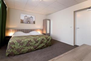 Een bed of bedden in een kamer bij Hotel Old Dutch Bergen op Zoom