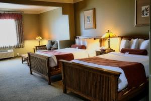 A bed or beds in a room at Best Western Plus Sunset Suites Riverwalk