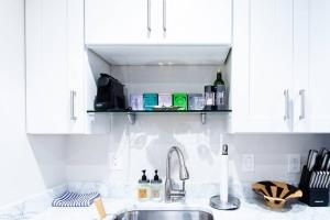 A kitchen or kitchenette at ** A SWEET SUITE ON THE ROX ** PRIVACY - - PARKING