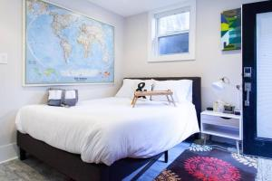A bed or beds in a room at ** A SWEET SUITE ON THE ROX ** PRIVACY - - PARKING
