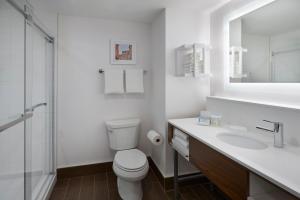 A bathroom at Hampton Inn & Suites Montreal-Dorval