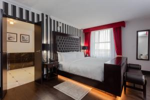 A bed or beds in a room at Hotel Retlaw, Trademark Collection by Wyndham