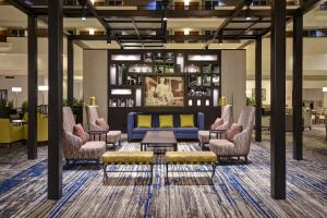The lounge or bar area at Embassy Suites Montgomery - Hotel & Conference Center