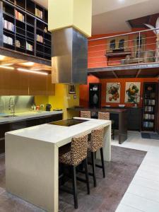 Cuisine ou kitchenette dans l'établissement Sliema La Loggia DeLuxe Suites