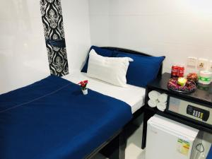 A bed or beds in a room at Manila Lounge