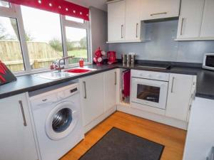 A kitchen or kitchenette at Field View