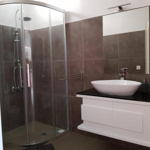Um banheiro em Le Tiki Rouge