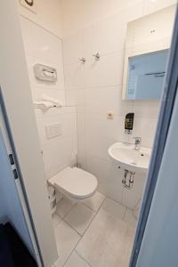 A bathroom at Aparthotel B & L