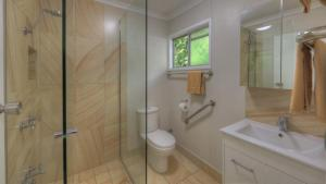 A bathroom at Atherton Hinterland Motel