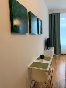 Télévision ou salle de divertissement dans l'établissement roomys Budget Apartments Stadthalle Vienna