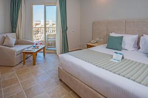 سرير أو أسرّة في غرفة في Sunrise Aqua Joy Resort
