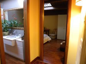 A bathroom at B&B Charme Celestino V°