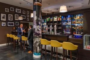 The lounge or bar area at Rilano 24/7 Hotel München
