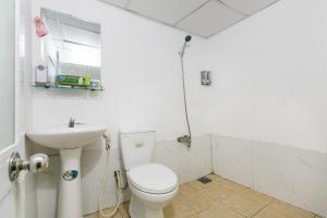 Salle de bains dans l'établissement OYO 708 The Cozi House - Homestay