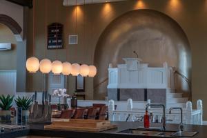 Een restaurant of ander eetgelegenheid bij Church conversion for a unique stay and experience