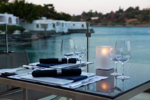 A restaurant or other place to eat at Minos Beach Art Hotel