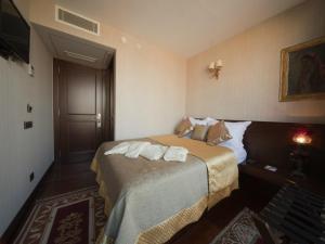 Säng eller sängar i ett rum på Burckin Hotel