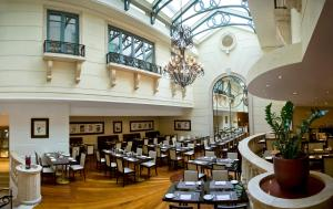 Un restaurante o sitio para comer en Radisson Blu Martinez Beirut