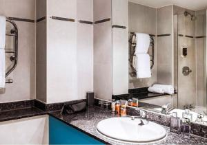A bathroom at ibis Styles Reading Oxford Road