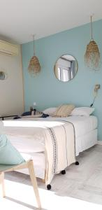 A bed or beds in a room at A La Voile Blanche