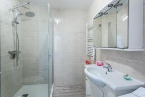 A bathroom at Le Mancini - Parking et Terrasse