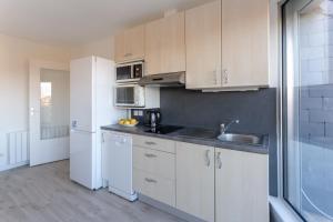 A kitchen or kitchenette at Le Mancini - Parking et Terrasse