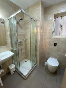 A bathroom at Grand Harbour Hotel