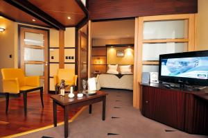 A television and/or entertainment center at Best Western Plus La Fayette Hotel et SPA