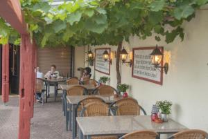 A restaurant or other place to eat at Alte Weinstube Burg Eltz