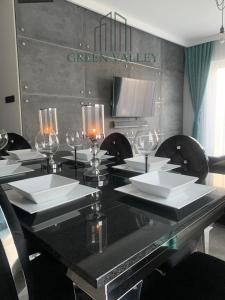 A restaurant or other place to eat at Green Valley LuXury Apartament