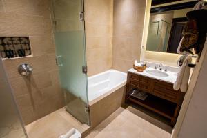 A bathroom at Porta Hotel Antigua
