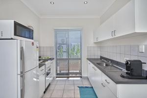 A kitchen or kitchenette at Cairns Northern Beaches Holiday Retreat