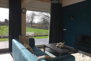 A seating area at Ruim appartement in prachtige fiets-wandelomgeving