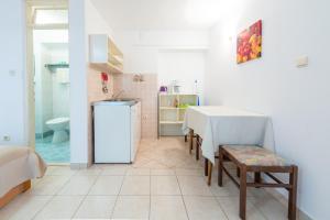 A kitchen or kitchenette at Villa Carmen Rooms & Apartments