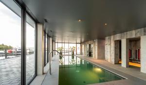 Het zwembad bij of vlak bij Hotel Waterrijk Oesterdam