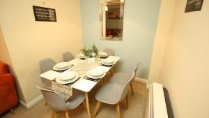 A restaurant or other place to eat at SOUTHAMPTON Central Apartments
