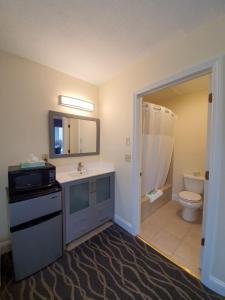 A bathroom at PIER BLUE INN Old Saybrook - Essex
