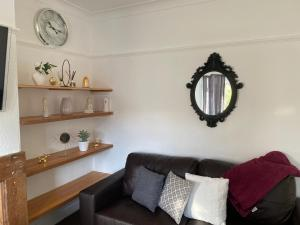 A seating area at 3 & 4 Bedroom House Available with Sky Emerald Serviced Accommodation Leeds, Upto 14 Guest, With Free Car Park and Free Wifi , Offer for Long Term Bookings