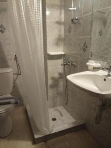 A bathroom at Omiros