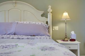 A bed or beds in a room at Hammer Creek Hideaway B&B